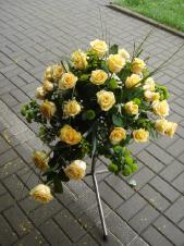 Dekoracja natrumienna w gąbce florystycznej, róże kremowe (Savita), chryzantemy zielone (Santini), zieleń dekoracyjna.