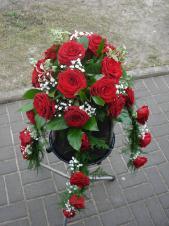 Dekoracja natrumienna z pąsowych róż, 3 odnóża, zieleń dekoracyjna.