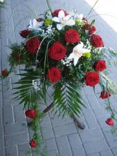 Dekoracja natrumienna tzw. pająk, 4 odnóża, róże pąsowe, storczyki białe (Cymbidium), asparagus plumosus, gipsówka, liść Chico.