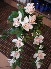 Dekoracja natrumienna lub do urny w formie bukietu, 2 odnóża, storczyki białę, zieleń dekoracyjna