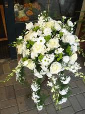 Dekoracja natrumienna, chryzantemka gałązkowa biała (Bacardi) chryzantema zielona (Santini), eustoma biała, storczyk tajlandzki, zieleń dekoracyjna.