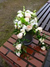 Dekoracja na urnę, róże perłowe, róże gałązkowe kremowe, eustomy białe, chryznatema zielona, 2 odnóża na ruskusie, zieleń dekoracyjna