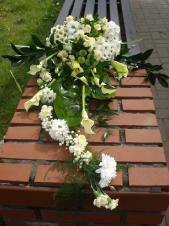 Dekoracja natrumienna w formie bukietu, kalia (Cantedeskia) kremowa, kremowe róże gałązkowe (Viviane), chryzantema biała (Margaretka Bacardi) i zielona (Santini), kremowy goździk gałązkowy, eustoma biała, iść palmy, zieleń dekoracyjna