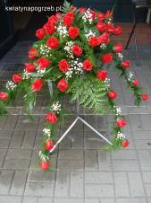 Dekoracja natrumienna tzw. pająk, 6 odnóży, róże pąsowe, asparagus plumosus, gipsówka, liść palmy.