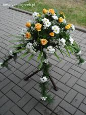 Dekoracja natrumienna tzw. pająk, 4 odnóża, chryzantema biała, róże herbaciane, asparagus plumosus, gipsówka, liść palmy.