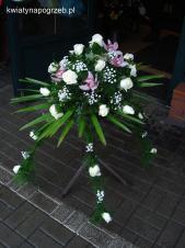 Dekoracja natrumienna tzw. pająk, 4 odnóża, róże białe (Akito), storczyki fioletowe, asparagus plumosus, gipsówka, liść palmy.