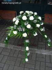 Dekoracja natrumienna tzw. pająk, 4 odnóża, róże kremowe (Avalanche), asparagus plumosus, gipsówka, liść palmy.