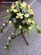 Dekoracja natrumienna tzw. pająk, 4 odnóża, róże kremowe (Savita), storczyki pistacjowe, asparagus plumosus, gipsówka, liść palmy.
