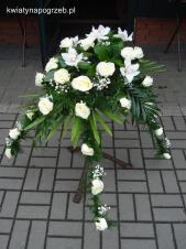 Dekoracja natrumienna tzw. pająk, 4 odnóża, róże kremowe (Avalanche), storczyki białe (Cymbidium), liście salal asparagus plumosus, gipsówka, liść palmy.