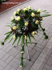 Dekoracja natrumienna tzw. pająk, 3 odnóża, róże kremowa (Kiwi), asparagus plumosus, gipsówka, liść palmy.