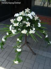 Dekoracja natrumienna tzw. pająk, 4 odnóża, chryzantema biała, storczyki białe, asparagus plumosus, gipsówka, liść palmy.