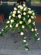 Dekoracja natrumienna tzw. pająk, 6 odnóży, róże kremowe (Savita), asparagus plumosus, gipsówka, liść palmy.