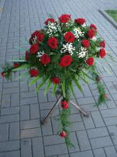Dekoracja natrumienna tzw. pająk, 4 odnóża, róże pąsowe, asparagus plumosus, gipsówka, liść palmy.