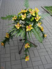 Dekoracja natrumienna tzw. pająk, 4 odnóża, storczyki złoto-żółte (Cymbidium), asparagus plumosus, gipsówka, paproć, liść palmy.
