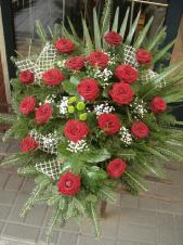 Wiązanka pogrzebowa z kwiatów żywych, wielkość: duża, róże pąsowe (Red Naomi), zielone santini, liść palmy, zieleń dekoracyjna, podkład jodłowy