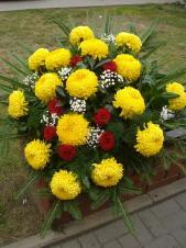Wiązanka pogrzebowa z kwiatów żywych, wielkość: bardzo duża, chryzantema żółta, róża czerwona, zieleń dekoracyjna, liść palmy, podkład jodłowy.