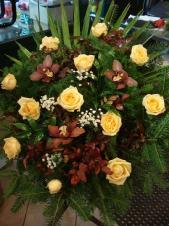 Wiązanka z kwiatów żywych, wielkość: średnia, storczyki fioletowe (Cymbidium), róża brzoskwiniowa (Peach Avalanche), zieleń dekoracyjna, podkład jodłowy.
