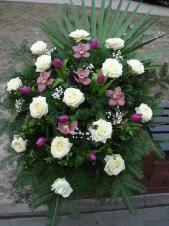 Wiązanka z kwiatów żywych, wielkość: duża, róża kremowa (Avalanche), storczyk różowy (Cymbidium), tulipan fioletowy, zieleń dekoracyjna, liść palmy, podkład jodłowy.