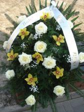 Wiązanka pogrzebowa z kwiatów żywych, wielkość: średnia, róża kremowa (Avalanche), storczyk złoty (Cymbidium), zieleń dekoracyjna, liść palmy, podkład jodłowy, szarfa taśma PP szer. 8 cm druk cyfrowy (+10 zł).