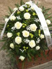 Wiązanka pogrzebowa z kwiatów żywych, wielkość: duża, róża kremowa (Avalanche), chryzantema gałązkowa (Santini), zieleń dekoracyjna, liść palmy, podkład jodłowy, szarfa jedwabna szer. 7 cm druk cyfrowy (+20 zł).