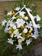 Wiązanka pogrzebowa z kwiatów żywych, wielkość: duża, lilia biała, storczyk złoty (Cymbidium), róża kremowa (Avalanche), eustoma kremowa, zielona chryzantema gałązkowa (Santini), liść palmowy, podkład jodłowy, zieleń dekoracyjna, szarfa jedwabna szer. 7 cm druk cyfrowy (+20 zł).