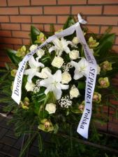 Wiązanka pogrzebowa z kwiatów żywych, wielkość: duża, róża kremowa (Avalanche), storczyk zielony (Cymbidium), lilia biała (Casablanca), zieleń dekoracyjna, szarfa satynowa szer. 7 cm (+ 20 zł).