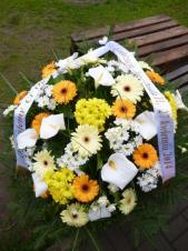 Wiązanka pogrzebowa z kwiatów żywych, wielkość: duża, gerbery kremowe i żółte, calle białe, chryzantemy gałązkowe białe i żółte, zieleń dekoracyjna, szarfa satynowa szer. 7 cm (+ 20 zł).