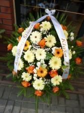 Wiązanka pogrzebowa z kwiatów żywych, wielkość: duża, róża herbaciana (Marie claire), gerbery żółte i kremowe, zieleń dekoracyjna, szarfa satynowa szer. 7 cm (+ 20 zł).