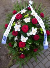 Wiązanka pogrzebowa z kwiatów żywych, wielkość: duża, róże pąsowe (Red Naomi), storczyki białe (Cymbidium), zielone santini, liść palmy, zieleń dekoracyjna, podkład jodłowy