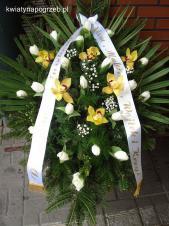 Wiązanka pogrzebowa z kwiatów żywych, wielkość: średnia, tulipan biały, storczyk złoty (Cymbidium), zieleń dekoracyjna, liść palmy, podkład jodłowy, szarfa satynowa szer. 7 cm (+20 zł).