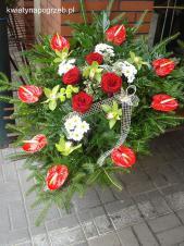 Wiązanka pogrzebowa z kwiatów żywych, wielkość: duża, anthurium czerwone (Tropico), storczyk zielony (Cymbidium), róża czerwona, chryzantema biała (Bacardi), zieleń dekoracyjna, liść palmy, podkład jodłowy.