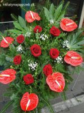 Wiązanka pogrzebowa z kwiatów żywych, wielkość: duża, anthurium czerwone (Tropico), róża czerwona, zieleń dekoracyjna, podkład jodłowy.