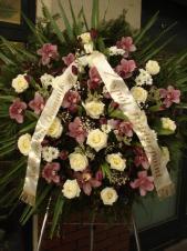 Wieniec z kwiatów żywych w kształcie koła, róża kremowa (Avalanche), storczyk różowy (Cymbidium), tulipan fioletowy, chryzantema gałązkowa biała (Bacardi), zieleń dekoracyjna, liść palmy, podkład jodłowy, szarfa satynowa szer. 10 cm (+30 zł).