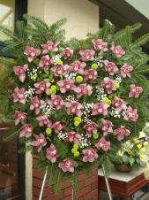 Wieniec pogrzebowy z żywych kwiatów, kształt serca, storczyk różowy (Cymbidium), chryzantema zielona (Santini), podkład jodłowy, zieleń dekoracyjna