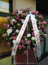 Wieniec pogrzebowy z żywych kwiatów, kształt okrągły średnica ok. 100cm (wieniec rzymski), róże różowe (Bellarosa) i kremowe, storczyki różowe (Cymbidium), chryzantema zielona i biała (Santini i Bacardi), Limonium, Róża gałązkowa różowa, zieleń dekoracyjna, szarfa satynowa 7cm (+20 zł).