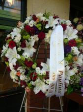 Wieniec pogrzebowy z żywych kwiatów, kształt okrągły średnica ok. 90cm (wieniec rzymski), szarfa satynowa 7 cm (+20 zł).