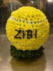 Nietypowa kompozycja w kształcie piłki do tenisa o średnicy 45cm (3D), chryzantemy zielono-żółte i białe (Bacardi).