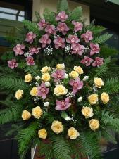 Wieniec z żywych kwiatów, wielkość: duży, storczyki różowe (Cymbidium), róże kremowe (Savita), tulipany białe, paproć leśna, podkład jodłowy, zieleń dekoracyjna.