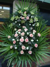 Wieniec z żywych kwiatów, wielkość: duża, storczyki pistacjowe (Cymbidium), róże różowe, tulipany białe, liść palmy, podkład jodłowy, zieleń dekoracyjna.