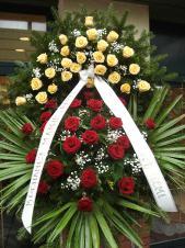 Wieniec z żywych kwiatów, wielkość: duży, róże kremowe (Savita), roże pąsowe, liść palmy, podkład jodłowy, zieleń dekoracyjna.