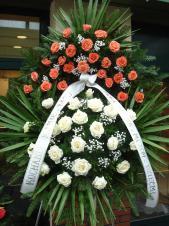 Wieniec z żywych kwiatów, wielkość: duży, róże kremowe (Avalanche), róże różowe (Duet), liść palmy, podkład jodłowy, zieleń dekoracyjna.