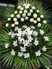 Wieniec z żywych kwiatów, wielkość: bardzo duży, róże kremowe (Avalanche), storczyki białe (Cymbidium), lilie białe (Casablanca), liść palmy, podkład jodłowy, zieleń dekoracyjna.