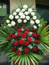 Wieniec z żywych kwiatów, wielkość: duży, róże kremowe (Avalnche), roże pąsowe, liść palmy, podkład jodłowy, zieleń dekoracyjna.