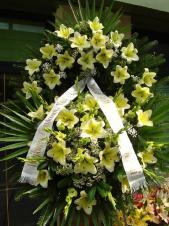 Wieniec z żywych kwiatów, lilia kremowa, mieczyk zielony, chryzantema zielona (Santini), zieleń dekoracyjna, szarfa satynowa 10cm druk komputerowy.