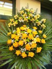 Wieniec z żywych kwiatów, wielkość: duży, storczyki złote (Cymbidium), róże herbaciane (Marie Claire), chryzantemy zielone (Santini), liść palmy, podkład jodłowy, zieleń dekoracyjna.