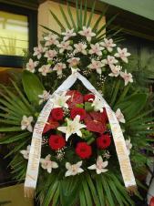 Wieniec z żywych kwiatów, wielkość: duży, storczyki białe (Cymbidium), anthurium bordowe (Tropical Night), róże pąsowe (Red Naomi), santini zielone, liść palmy, liść kordyliny zielonej, podkład jodłowy, zieleń dekoracyjna, szarfa satynowa 7cm druk komputerowy.
