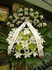 Wieniec z żywych kwiatów, storczyk biały (Cymbidium), anthurium zielone (Midori), lilia biała, zieleń dekoracyjna, liść plamy, szarfa satynowa 10cm druk komputerowy.