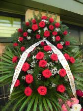 Wieniec pogrzebowy z żywych kwiatów, wielkość: średni, róże pąsowe, liście palmy, podkład jodłowy, zieleń dekoracyjna, szarfa satynowa 7cm, druk komputerowy (+20zł).