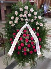 Wieniec pogrzebowy z żywych kwiatów, wielkość: bardzo duży, róże pąsowe, storczyki białe, liść palmy, paproć drzewiasta, liść chico jumbo, podkład jodłowy, szarfa satynowa 10cm, druk komputerowy.