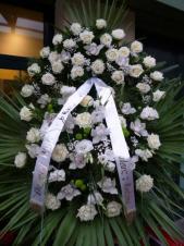 Wieniec pogrzebowy z żywych kwiatów, wielkość: duży, róże białe (Soda White), storczyk biały (Cymbidium) eustoma biała, liść palmy, podkład jodłowy, zieleń dekoracyjna.